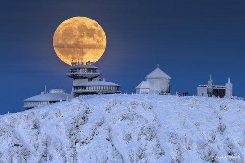 Księżyc na Śnieżce zima